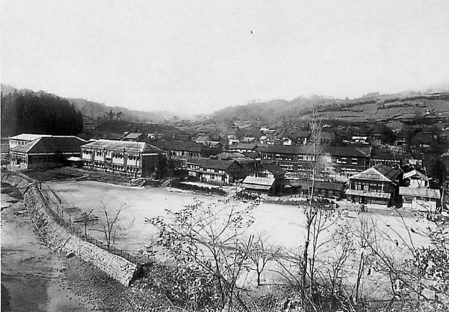 昭和14年、左から小中学校、養蚕室農場、理科棟(前)、校舎(後)